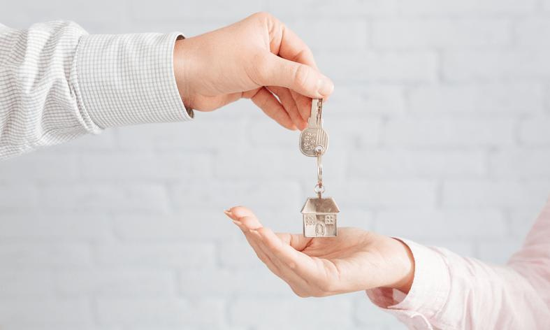 Photo d'une personne donnant des clés à une autre personne