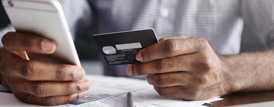 Image d'une personne payant en ligne
